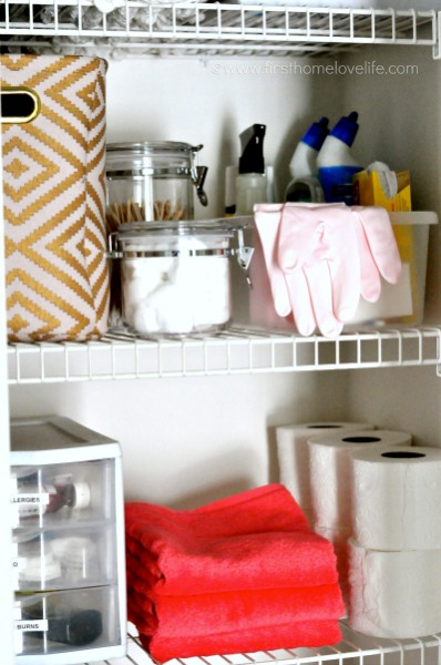 whats in my linen closet via www.firsthomelovelife.com