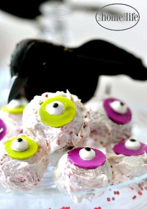 a-fun-take-on-a-cakepop-these-halloween-cake-eyeballs-are-the-perfect-halloween-treat-to-pop-in-your-mouth-via-firsthomelovelife-com