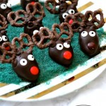 chocolate covered strawberries for chirstmas - reindeer chocolate strawberries via firsthomelovelife.com