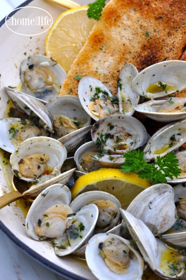 Lemon Garlic Champagne Clams via firsthomelovelife.com